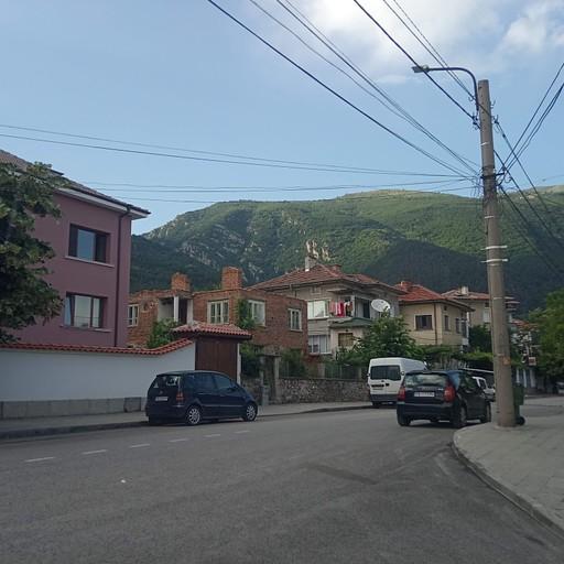 קרלובו והמלון (הבניין הורוד)