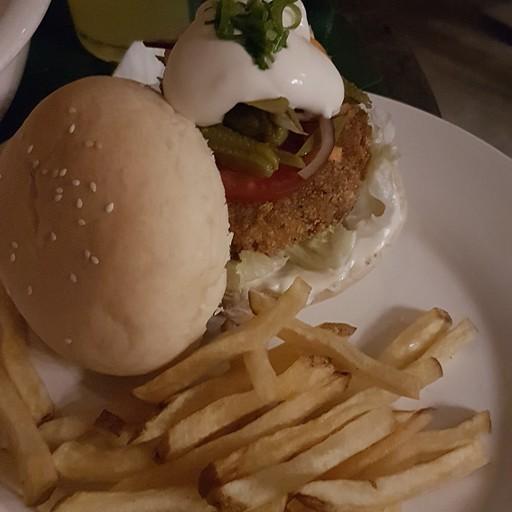 המבורגר צמחוני במסעדה Bravo