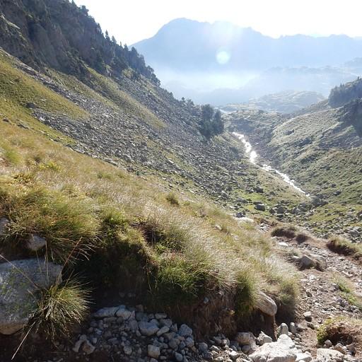 במהלך העלייה ל-Port de caldes, אי שם מעבר לנחל נמצאת בקתת קולומרס