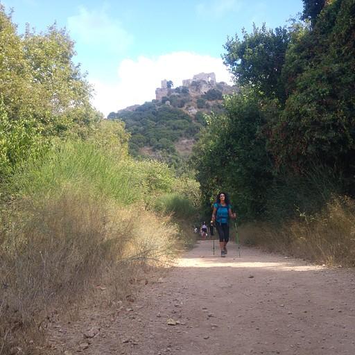 מהנקודה שלמרגלות המונפורט הדרך נמשכת כארבעה עשר קילומטרים על שבילי ג'יפים, כבישים, ובצידי מטעים, עד הים התיכון.