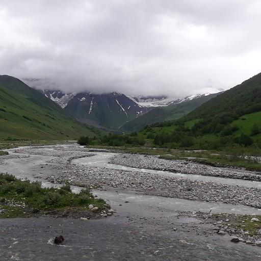 הנהר החוצה את העמק בדרך לקרחון