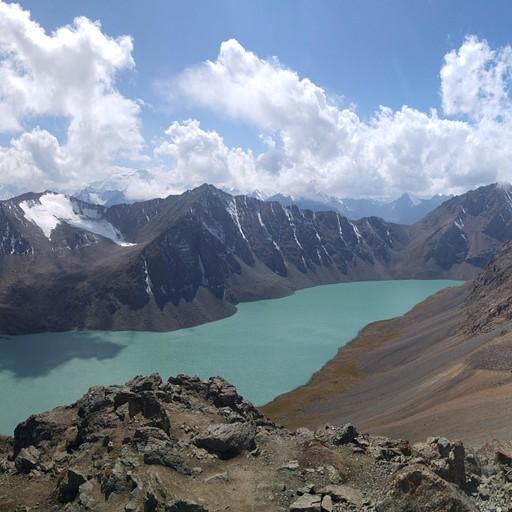 מבט ממעבר Ala-Kol אל האגם.  הנקודה הגבוהה ביותר במסלול. 3900 מטרים.
