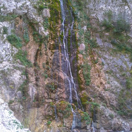 מפל הבוקע מצוק מעל קניון רוגובה