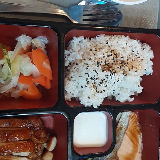 ארוחת צהריים יפנית במתחם אוכל בקניון Bugis+