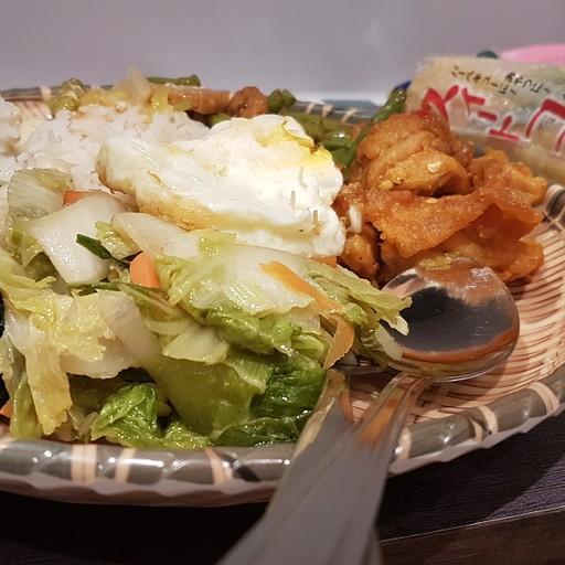 ארוחה ב-Hawker Center מהסוג האהובה עליי - אורז ותוספות לבחירה מבופה.