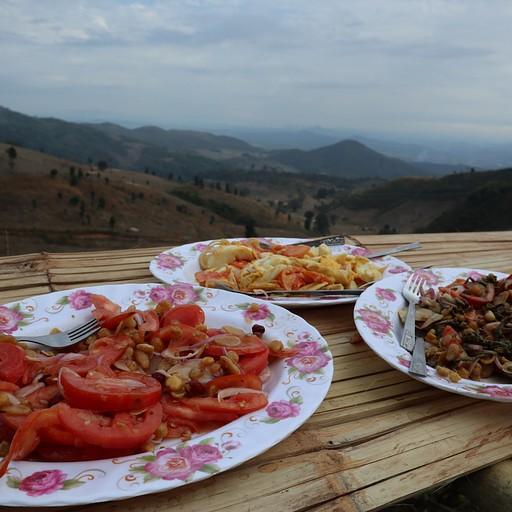 הפסקת טרום- צהריים; סלט ביצים, סלט עגבניות וסלט עלי תה. מעולה עם נוף יפייפה!