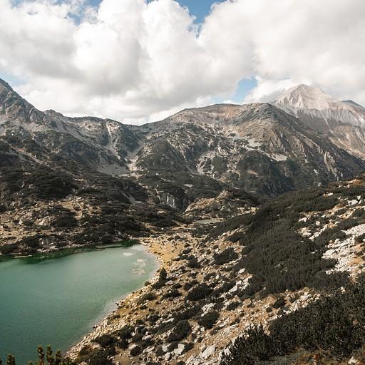 הנוף בחזרה מהמסלול הגבוה הצופה על האגמים