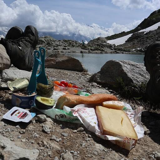 ארוחת צהריים טיפוסית בנוף מדהים מול האגם!