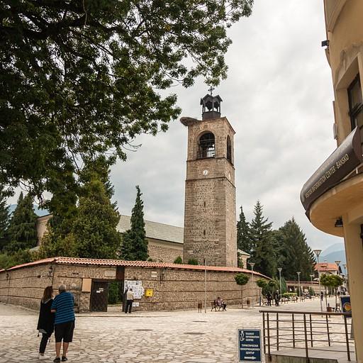 מגדל הכנסיה, חדי העין יבחינו בקן ענק של חסידה על המגדל