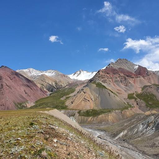 ההעתק מאסיבי עובר בנחל בין שתי ההרים בתמונה