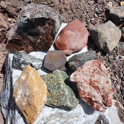 אבנים מימין לשמאל - מלמעלה למטה: שייסט, אבן חול בורדו, קונגלומרט סגול, בזלת, סלייט סגול, גיר, גיר אדום, גריין שייסט, דולומיט צהוב.