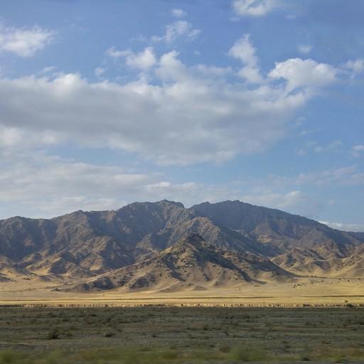 בדרך ל- Karakol.  הגבול. ההרים באופק שייכים למדינת קזחסטאן