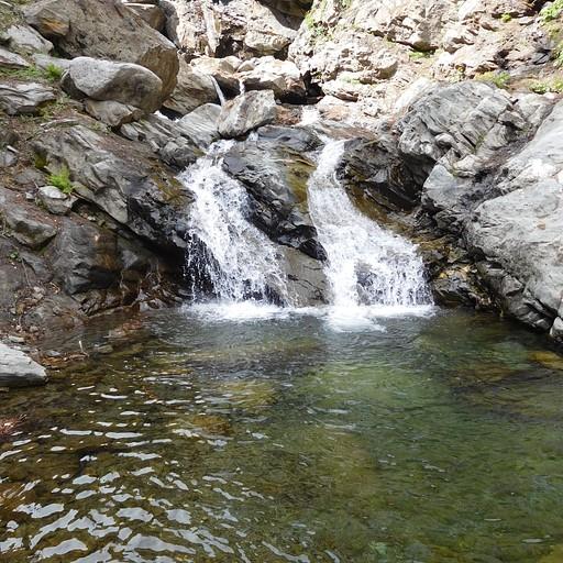 אין סוף מפלים ובריכות מים בדרך