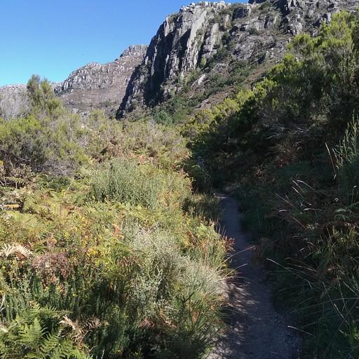 השביל לכיוון האוכף מעל קאמפו דו ז'רש