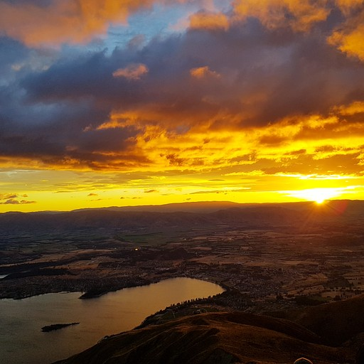 זריחה מרשימה מעל העיר Wanaka