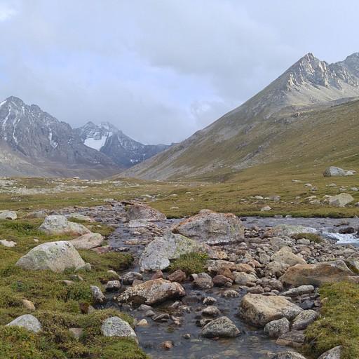 עמק Jergez. על פניו נראה שיש הרבה סלעים לעבור את הנחל. הקמנו אוהל ליד הנחל. סוף יום.