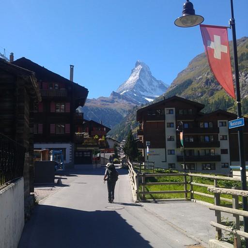 בעיירה Zermatt יש כבישים , אך אין רכבים - רק רכבי שירות יעודיים.  עיירה מיוחדה.