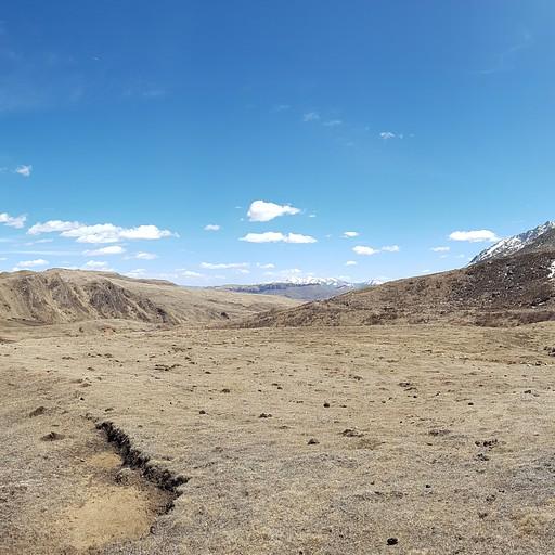 משמאל מחוז סצ'ואן וההרים המושלגים, מימין מחוז גאנסו וערבות המדבר - אזור החיץ