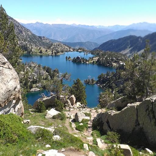 הבקתה בלשון יבשה במרכז האגם