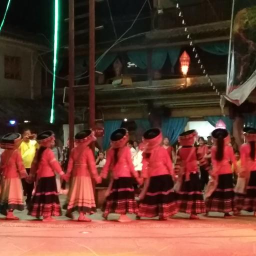 ריקודים מסורתיים סביב האש של אנשי ליסו