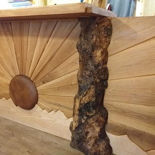 עיצוב יפה בעץ בקולומינה. מרגישים שיד אוהבת מתחזקת את המקום