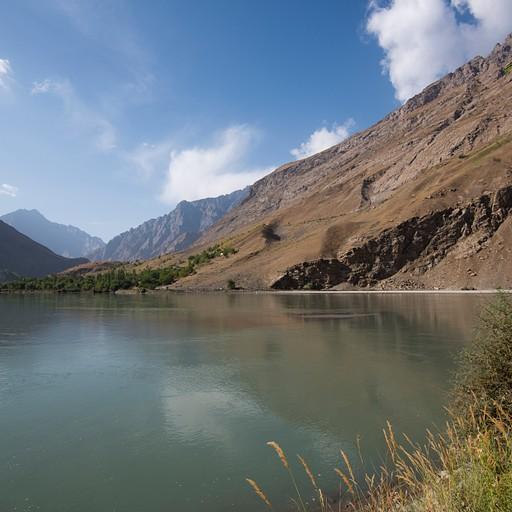אפגניסטן בגדה מימין, טג׳יקיסטן משמאל