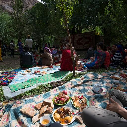 מבלים בחתונה באחד הכפרים בעמק הברטנג