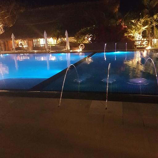 הבריכה בלילה, מוארת באורות