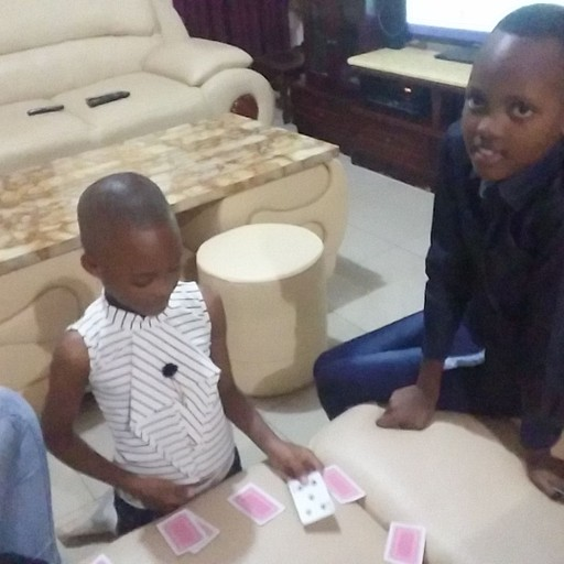 משחקות קלפים בבית