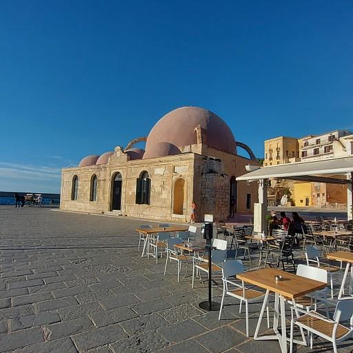 טיילת הנמל הונצאיני, מסגד עותמני והמיגדלור ברקע