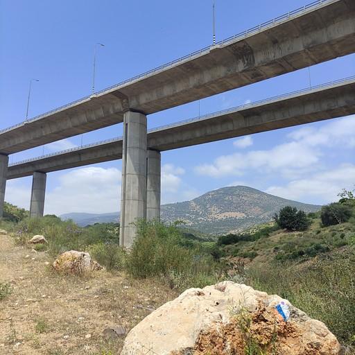 גשר שעוברים מתחתיו, ממש קרוב אליו נמצאת נקודת מילוי המים.