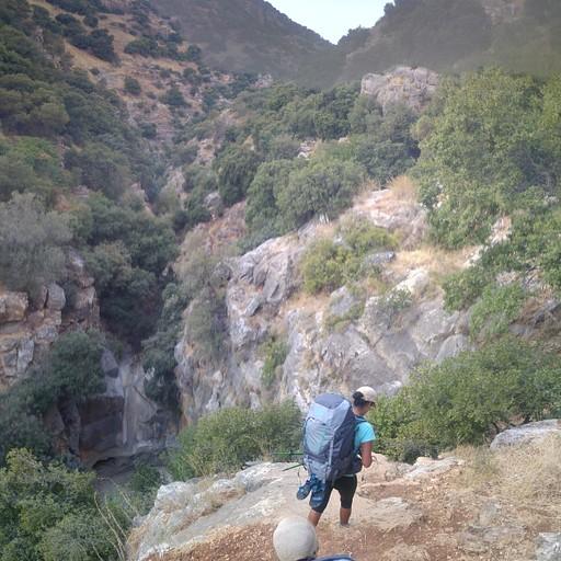 הטיפוס על הסלעים לאורך נחל עמוד עליון ביום חם, עם כל כובד התרמילים. זהו החלק הקשוח ביותר במסע, הלכנו עקב בצד אגודל וזה מתמשך ומתמשך. האתגר של היום הראשון.
