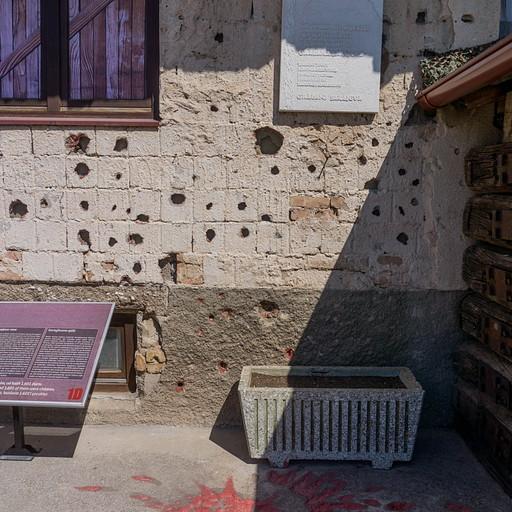 """""""ורד אדום"""" בכניסה ל-Sarajevo war tunnel"""