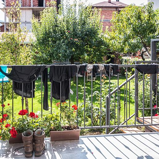 כביסה ומנוחה בחצר הגסטהאוס, שבה המון עצי פרי שופעים