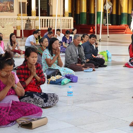 מתפללים בShwedagon Pagoda