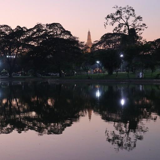 Shwedagon Pagoda מרחוק על רקע האגם בשקיעה