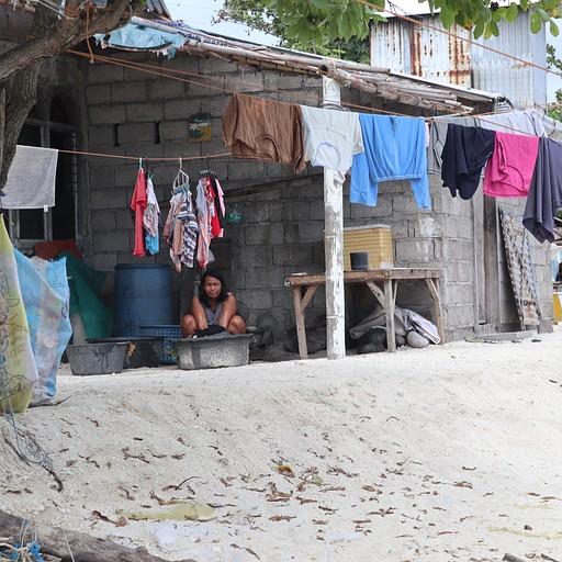 אישה עושה כביסה באי מנטיגי