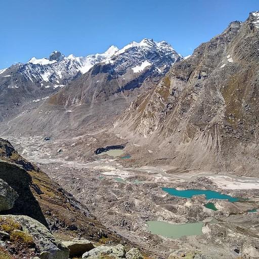 נפרדים מעמק פרוואטי: נוף לאגמים קפואים על גבי הקרחון