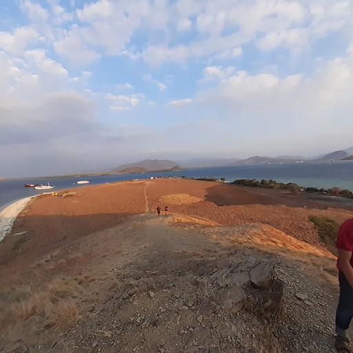kenawa island (עוצרים לראות שקיעה ביום הראשון של השיט)