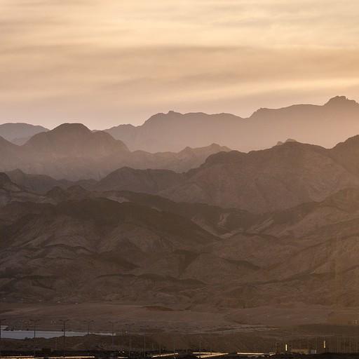 שכבות של הרים נעלמים אל האופק בשקיעה