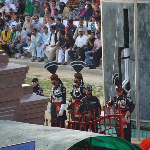 חיילים הפקסיטנים והצופים הפקיסטנים ביציע מאחוריהם