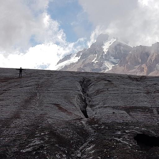 הקרחון על רקע הר הקזבק