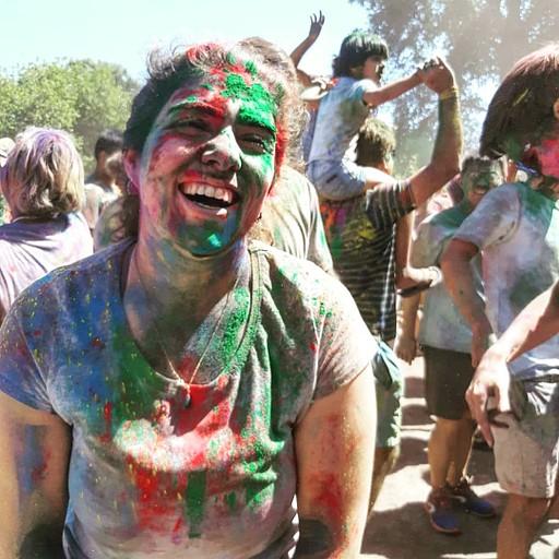 פסטיבל חג ההולי של הקהילה ההודית בקרייסטצ'רץ' כחלק מאירועי הקיץ החינמיים בעיר.