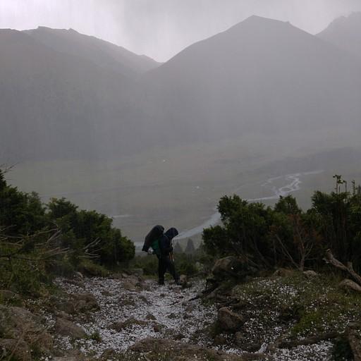 אחרי העמק, בטיפוס אל הרכס תפסה אותנו סופת ברקים גשם וברד.. נאלצנו לתפוס מחסה להתאושש ולהתייבש וסיימנו את היום.