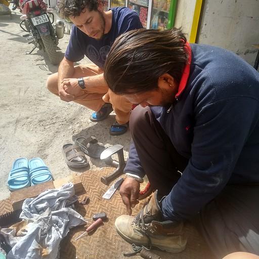מתקנים את הנעליים אצל סנדלר ברחוב בקאזה. הבחור מקצוען!!!