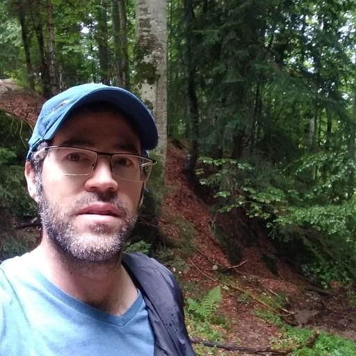 תחילת הטרק ביער. שעה וחצי עלייה בשביל מסומן