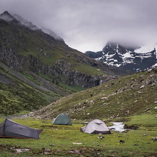 מחנה האוהלים בשטח של אקו-טרק, וברקע קרחון