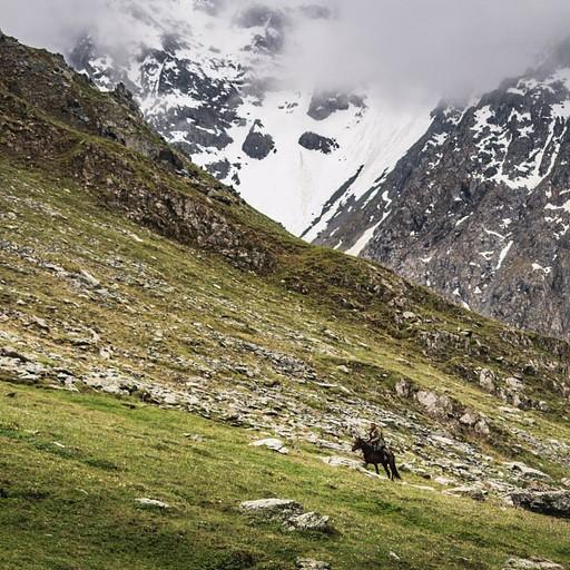 רועה קירגיזי בא לבדוק מי הזרים בעליה לטילטי פאס