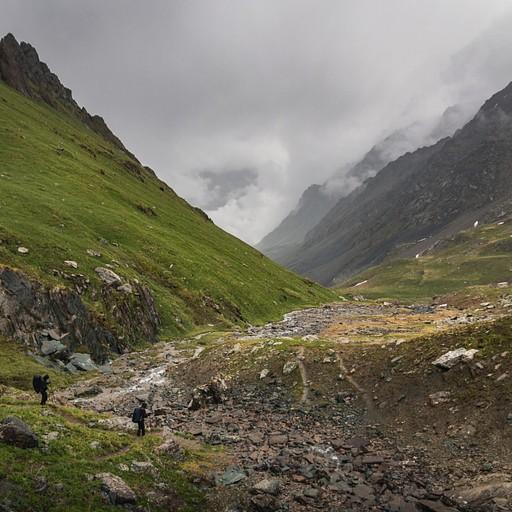 הפוגה קלה בגשם באחת הדרכים היפות בטרק