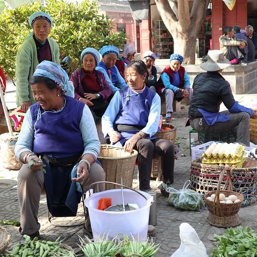 שוק שנתקלנו בו בדרך, מקומיות מוכרות ירקות - נסיעה מסביב לאגם